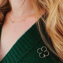 Aujourd'hui notre jolie Pauline porte le collier Perlisien N•1 et et le pin's mon grand trèfle ... . On vous souhaite une merveilleuse journée !  La notre va être magique car ce soir on fête nos 10 ans grâce à vous ♡  . #padampadam #pins #perlisien #madeinfrance #goldfilled #collier #neacklace #jewels #padampadamparis