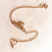 Aujourd'hui on célèbre les jolies «Alba» en goldfilled 14 carats et on vous souhaite surtout une magnifique journée ♡  . #alba #personnalisation #goldfilled #bracelet #chaine #coeur #padampadam #lecoeurdepadampadam #lecoeuralaperle #braceletprenom