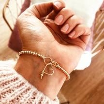 Mercredi la journée des mamans ...  Belle journée à vous toutes ♡  . #padampadamparis #padampadam #maman #perlisien #mode #bijoux #bracelets #jonc #lecoeuralaperle #fermoir