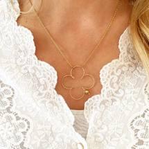 Gold and white ... Happy c'est Vendredi ! Belle fin de semaine à tous 🍀 . #padampadam #collier #neaklace #grandtrefle #trefle #sparkle #gold #chance #newco #padampadamparis #goldfilledjewelry #madeinfrance