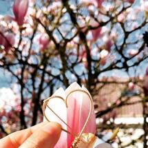 Notre ADN, notre cœur à la perle ... Retrouvez cette jolie broche sur le shop ! Passez tous un superbe week-end sous les fleurs ! . #padampadam #broche #lecoeuralaperle #lecoeurdepadampadam #spring #printemps #madeinfrance