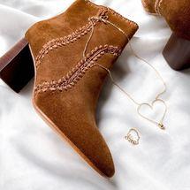 ✨ #concours ✨  MI/MAI fait battre notre coeur avec leurs souliers précieux en série limitée. Pour finir la semaine en beauté nous vous proposons de gagner un bon d'achat d'une valeur de 150 € sur le site de la marque @mi_mai   Pour participer :  1/ Suivre les comptes  @mi_mai & @padampadamparis  2/ inviter 2 amies en commentaire 3/ Une chance supplémentaire si vous partagez la photo du concours en story ou sur votre compte en mentionnant @mi_mai & @padampadamparis 4 /Tirage au sort le 23 Octobre 2020, Croisez les doigts 🍀  PS : un bon d'achat Padam Padam est à gagner sur le compte de la marque @mi_mai 😘 . Bonne chance à tous ♡  #boots #mode #chaussures #padampadam #gold #artisanat #madeinfrance #concours