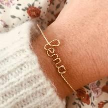Aujourd'hui on célèbre les jolies «Léna» au fil Sparkle 14 carats ... Notre petit cœur à la perle sur sur nos fermoirs est notre marque de fabrique et sert également d'extension. Nos bijoux raconte une histoire, la votre ...  . #padampadam #lena #sparkle #goldfilled #prenom #braceletpersonnalisé #personnalisation mode #bijoux #jewels #padampadamparis